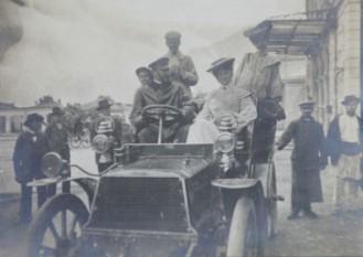 Bazil G. Assan, la volanului primului automobil înmatriculat în România - foto - cersipamantromanesc.wordpress.com