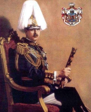 Carol al II-lea al României (n. 15 octombrie 1893 – d. 4 aprilie 1953) a fost regele României între 8 iunie 1930 și 6 septembrie 1940 - in imagine, Carol al II-lea, rege al României, portret oficial, cu bastonul de mareșal - foto preluat de pe ro.wikipedia.org
