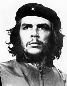 Ernesto Rafael Guevara de la Serna (n. 14 iunie 1928 – d. 9 octombrie 1967), mai cunoscut sub porecla sa de Che Guevara sau el Che sau simplu Che, revoluționar de stânga, lider al regimului comunist cubanez și insurgent sud-american - foto ( Che Guevara la înmormântarea victimelor exploziei vasului La Coubre, 5 martie 1960, fotografie de Alberto Korda): ro.wikipedia.org