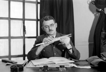 Sir Frank Whittle (1 June 1907 – 9 August 1996) inginer britanic, inventator al motorului cu reactie britanic - foto - en.wikipedia.org