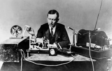 Guglielmo Marconi (n. 25 aprilie 1874 la Bologna - d. 20 iulie 1937 la Roma) inginer și fizician italian, inventatorul telegrafiei fără fir și a antenei de emisie legate la pământ, laureat al Premiului Nobel pentru Fizică în anul 1909 împreună cu Karl Ferdinand Braun, pentru contribuțiile lor în dezvoltarea telegrafiei fără fir) - foto - en.wikipedia.org