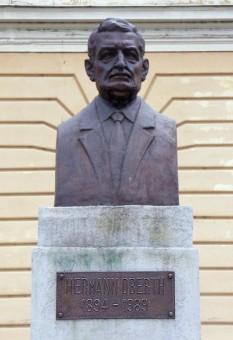 Bustul lui Hermann Oberth, la Sibiu - foto - ro.wikipedia.org