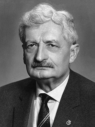 Hermann Julius Oberth (n. 25 iunie 1894, Sibiu - d. 28 decembrie 1989, Nürnberg) a fost unul dintre părinții fondatori ai rachetei și astronauticii. Mama sa a fost fiica lui Friedrich Krasser - foto - ro.wikipedia.org