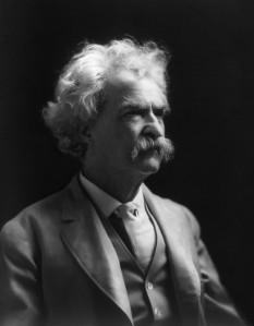 """Samuel Langhorne Clemens (n. 30 noiembrie 1835 – d. 21 aprilie 1910) , cunoscut sub pseudonimul literar Mark Twain, a fost un scriitor, satirist și umorist american, autorul popularelor romane """"Aventurile lui Tom Sawyer"""", """"Prinț și cerșetor"""", """"Aventurile lui Huckleberry Finn"""" și """"Un yankeu la curtea regelui Arthur"""". În ciuda problemelor sale financiare, Twain a fost renumit pentru umorul și buna sa dispoziție, datorită cărora s-a bucurat de o popularitate imensă în întreaga lume. La apogeu, el a fost probabil cel mai popular american din acea vreme. În 1907, publicul s-a înghesuit la Expoziția Jamestown doar ca să-l zărească pe Mark Twain. S-a bucurat de prietenia mai multor celebrități, între care autorul și criticul literar William Dean Howells, politicianul și autorul Booker T. Washington, inginerul și inventatorul Nikola Tesla, scriitoarea Helen Keller și magnatul Henry Huttleston Rogers. Autorul american William Faulkner a scris despre Twain că a fost """"părintele literaturii americane"""". Twain a murit în 1910 și este înmormântat la Elmira, statul New York - foto: en.wikipedia.org"""