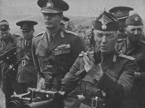 Regele Mihai I si gen. de armata Ion Antonescu in timpul unei inspectii pe front, iulie 1941 - foto: victortibrigan.wordpress.com