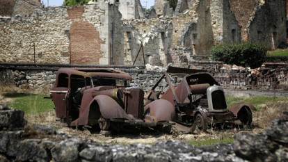 A photo taken on June 10, 2006 shows the remains of cars at the partially destroyed village of Oradour-sur-Glane, south-western France, where a German SS Nazi troops massacred 642 people on June 10, 1944. (AFP Photo / Olivier Laban-Mattei) - foto - rt.com