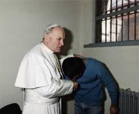 Papa ioan Paul al II-lea l-a vizitat in inchisoare pe Ali Agca - foto - cersipamantromanesc.wordpress.com