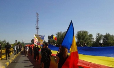 Pod tricolor Prut-Sculeni - foto - infoprut.ro