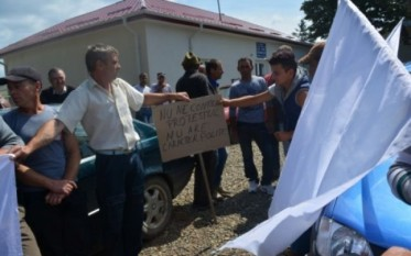 Sătenii din Havârna la protest - foto - adevarul.ro (botosaneanul.ro)