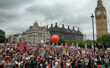 Londonezii protestează împotriva măsurilor de austeritate propuse de guvernul Cameron, 20 iunie 2015 - foto  (Captură Foto) - epochtimes-romania.com