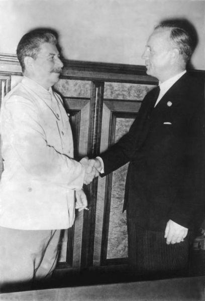 Stalin şi Ribbentrop la Kremlin, Moscova, după semnarea Pactului, 23 august 1939 - foto: en.wikipedia.org