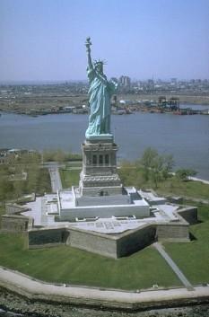 "Statuia Libertății din New York, monument în portul ""Liberty Island"" din orașul New York - foto - ro.wikipedia.org"