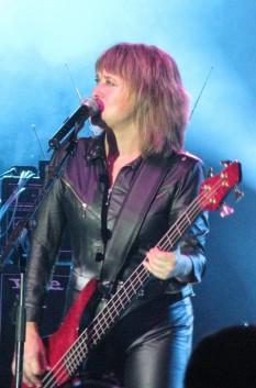 """Susan Kay """"Suzi"""" Quatro (n. 3 iunie 1950) cântăreață, basistă, producătoare muzicală și actriță americană -  foto - ro.wikipedia.org"""