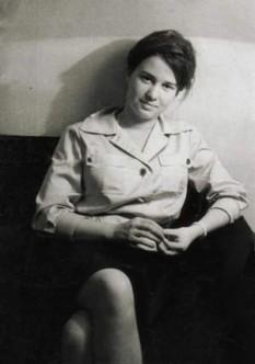 Ulrike Meinhof (n. 7 octombrie 1934, Oldenburg, d. 8 mai 1976) teroristă vest-germană ( Republica Federală Germania), membră a organizației de extremă stângă Rote Armee Fraktion - foto (pe vremea când era jurnalistă) - ro.wikipedia.org