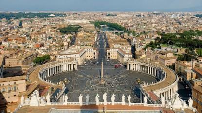 Intrarea principală în Vatican de pe acoperişul Bazilicii Sfântul Petru, înconjurată de Roma - foto - en.wikipedia.org