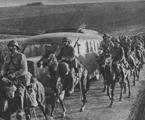 Cavalerie marsaluind spre front, in Basarabia. Se observa sabiile, pe care cavaleristii romani le au agatate de sa - foto: victortibrigan.wordpress.com