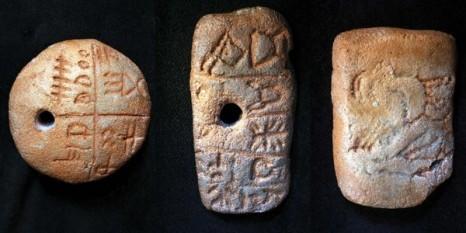 Tăblițele de la Tărtăria sunt trei obiecte mici și străvechi de lut. În Transilvania, în localitatea Tărtăria din județul Alba, între Alba Iulia și Orăștie, cercetătorul clujean Nicolae Vlassa a descoperit, în anul 1961, trei tăblițe de lut. Nicolae Vlassa nu a fost prezent pe șantierul arheologic în momentul în care s-au găsit tăblițele de lut. Două sunt găurite și sunt acoperite cu semne, iar a treia folosește o modalitate de scris pur pictografică, respectiv reprezentarea stilizată a unui animal (capră), un simbol vegetal și un altul neclar. Cea de formă discoidală, cuprinde patru grupuri de semne, despărțite prin linii. Este considerată ca fiind cea mai apropiată de o scriere adevărată. O bună parte din semnele conținute pe ea se regăsesc în literele conținute în inscripțiile arhaice grecești (dar și la scrierile feniciană, etruscă, veche italică, iberică) - foto: adevaruldespredaci.ro