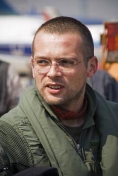 Adelin Petrișor (n.29 iulie 1975, Buzău) este unul dintre cei mai cunoscuți jurnaliști de război din România - foto - istoriculzilei.blogspot.ro