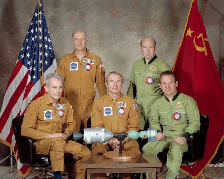 Soyuz crew pictured with the Apollo crew Left to right: Slayton, Stafford, Brand, Leonov, Kubasov - foto  preluat de pe en.wikipedia.org