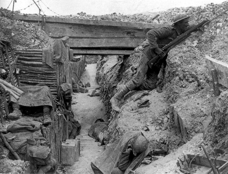 Soldați britanici în tranșee la Ovillers-la-Boisselle, pe drumul Albert–Bapaume în timpul Bătăliei de pe Somme - foto preluat de pe ro.wikipedia.org