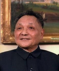 """Deng Xiaoping (n. 22 august 1904, d. 19 februarie 1997) a fost un lider al Partidului Comunist din China. Deși niciodată nu a avut titlul de șef de stat sau șef de guvern, Deng a fost liderul de facto al Republicii Populare Chineze de la sfârșitul aniilor 1970 până la începutul aniilor 1990. A fost fondatorul """"socialismului cu caracteristice chinezești"""" și a reformei economice din China, cunoscută ca """"economia de piața socialistă"""". Este crediat cu faptul că a adus China mai aproape de capitalism și a determinat creșterea foarte rapidă a economiei chineze timp de peste trei decenii - foto - en.wikipedia.org"""