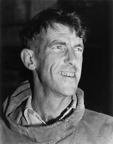 Sir Edmund Percival Hillary (n. 20 iulie 1919, Auckland — d. 11 ianuarie 2008, Auckland) alpinist și explorator neozeelandez, cunoscut mai ales pentru că a fost primul om care a ajuns pe vârful muntelui Everest, ca membru al celei de-a noua expediții britanice de cucerire a vârfului, în 1953 - foto - ro.wikipedia.org