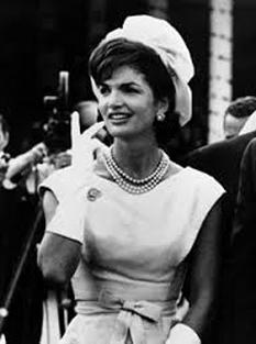 Jacqueline Lee Bouvier Kennedy Onassis (28 iulie 1929 – 19 mai 1994[1]) a fost soția celui de-al 35-lea Președinte al Statelor Unite, John F. Kennedy și a servit ca Primă Doamnă în timpul președenției lui din 1961 până la asasinarea din 1963 -  foto - cersipamantromanesc.wordpress.com
