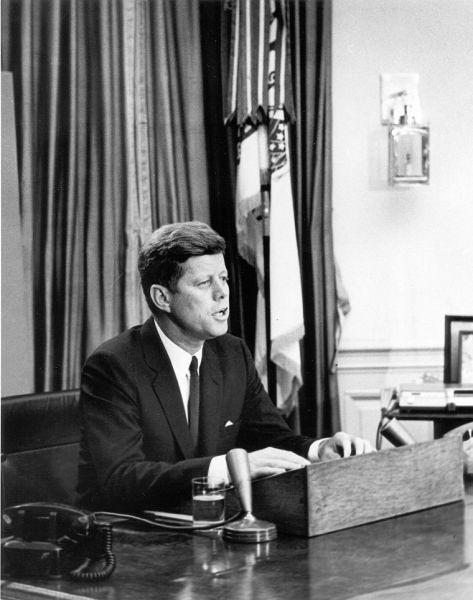Președintele John F. Kennedy  (1917 - 1963) se adresează națiunii prin intermediul televiziunii din Biroul Oval în legătură cu problema drepturilor civile în ziua de 11 iunie 1963 - foto: ro.wikipedia.org