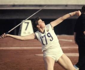 Mihaela Peneş (n. 22 iulie 1947) atleta română,  campioană olimpică la aruncarea suliţei (Tokyo, 1964) foto - en.wikipedia.org