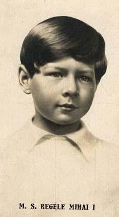 Mihai I (n. 25 octombrie 1921, Sinaia) ultimul rege al României și unul dintre puținii șefi de stat în viață din perioada celui de-al Doilea Război Mondial. A domnit în două rânduri, între 20 iulie 1927 și 8 iunie 1930, precum și între 6 septembrie 1940 și 30 decembrie 1947. Fiu al principelui moștenitor Carol, Mihai a moștenit de la naștere titlurile de principe al României și principe de Hohenzollern-Sigmaringen (la care a renunțat mai târziu) - foto - ro.wikipedia.org