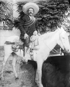 """Pancho Villa (Doroteo Arango Arámbula) poreclit """"Pancho"""" (n. 5 iunie 1878, San Juan del Río, Durango, Mexic – d. 20 iulie 1923, Parral, Chihuahua, Mexic) a fost un erou național mexican. Pancho a fost chiar de dușmanii săi admirat fiind numit de adepții săi: luptător pentru libertate, guerillo, general, gouverner, star de film, și revoluționar. Pancho Villa a fost un comandant de guerilla și tâlhar, care a luptat în revoluția mexicană contra dictatura lui Diaz. După terminarea revoluției, noul regim de conducere prezintă pe Villa ca o icoană poporului, cu toate că el de acest regim a fost omorât. Puntru adepții dictatorului Diaz, Pancho Villa a fost un """"bandit sângeros"""" în schimb cea mai mare parte a mexicanilor îl considerau un Robin Hood mexican - foto: ro.wikipedia.org"""