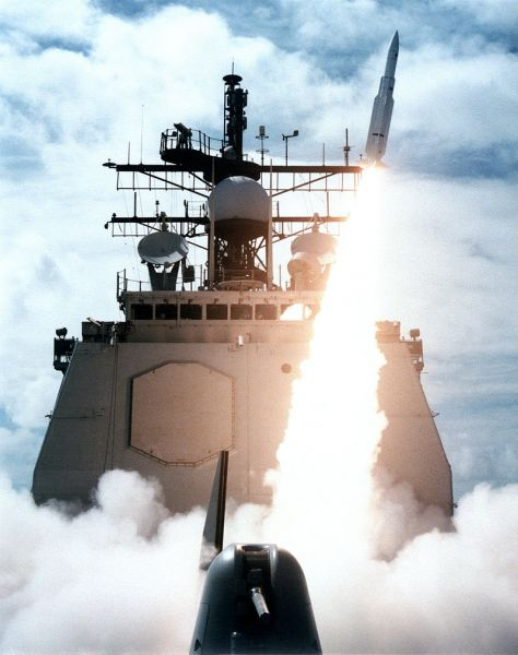 A missile departs the forward launcher of Vincennes during a 1987 exercise. The forward launcher was also used in the downing of Iran Air 655 - foto: en.wikipedia.org