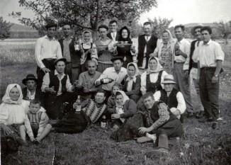 Sărbătoare câmpenească de ziua națională a României comuniste (23 august 1965, CAP Ungra) - foto - ro.wikipedia.org
