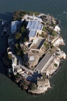 """Insula Alcatraz este situată în centrul """"Golfului San Francisco"""" California din SUA. Inițial, a fost construită o fortăreață, """"Fort Alcatraz"""", iar ulterior închisoarea vestită """"Alcatraz"""", închisă în 1963, azi atracție turistică -  foto - ro.wikipedia.org"""