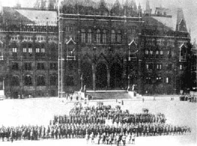 Armata Română în faţa Parlamentului din Budapesta - foto: ro.wikipedia.org