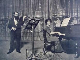 """Cella Delavrancea (n. 15 decembrie 1887 - d. 9 august 1991) pianistă, scriitoare și profesoară română de pian, fiica cea mare a scriitorului Barbu Ștefănescu Delavrancea, soră a arhitectei Henrieta Delavrancea, a Niculinei Delavrancea și a lui """"Bebs"""" Delavrancea, membră a cenaclului lui Eugen Lovinescu - foto - vforvintage.ro"""