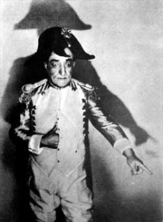 Constantin Tănase (n. 5 iulie 1880 – d. 29 august 1945) actor român de scenă și de vodevil, celebru cupletist și o figură cheie în teatrul de revistă românesc - foto (Constantin Tănase în rolul lui Napoleon) - ro.wikipedia.org