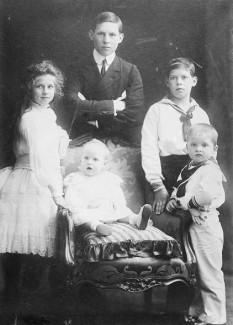 Copiii regelui Constantin I în 1905. De la stânga la dreapta: prințesa Elena (viitoarea regină a României), prințesa Irene (viitoarea regină a Croației), prințul George (viitorul rege George al II-lea al Greciei), prințul Alexandru și prințul Paul (viitorul rege Paul I al Greciei). Prințesa Ecaterina se va naște la opt ani după fotografie - foto - ro.wikipedia.org