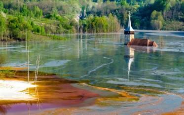 Valea Șesii (Geamăna), iazul de decantare al exploatării de la Roșia Poieni - foto - Mihai Roman - romaniacurata.ro