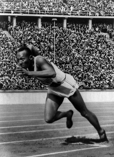 "James Cleveland ""Jesse"" Owens (n. 12 septembrie 1913 în Oakville, Alabama – d. 31 martie 1980 în Tucson, Arizona) atlet american - foto - ro.wikipedia.org"
