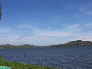 Lacul Victoria denumit și Victoria Nyanza mai demult având numele de Lacul Ukerwe este situat în Africa de est în Tanzania, Uganda și Kenya. Lacul se află la o altitudine de 1.113 de metri deasupra nivelului mării și este cel mai mare lac de pe continentul african ca suprafață - foto (Vedere a lacului Victoria de la Speke, Uganda) - ro.wikipedia.org