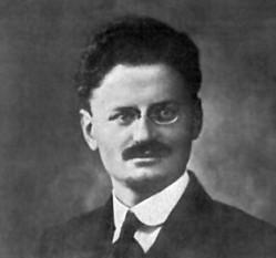 Lev Davidovici Troțki (n. 26 octombrie 1879 (S.N. 7 noiembrie) - d. 21 august 1940), născut Léiba sau Leib Bronștéin, a fost un revoluționar bolșevic și intelectual marxist rus născut într-o familie de evrei așkenazi din Ucraina. A fost un politician influent la începuturile existenței Uniunii Sovietice, mai întâi Comisar al poporului pentru politica externă iar mai apoi ca fondator și prim comandant al Armatei Roșii și Comisar al poporului pentru apărare. A fost de asemenea membru fondator al Politburo-ului. În urma luptei pentru putere cu Iosif Vissarionovici Stalin din anii 1920, Troțki a fost exclus din Partidul Comunist și deportat din Uniunea Sovietică. A fost în cele din urmă asasinat în Mexic de un agent sovietic. Ideile lui Troțki formează bazele teoriei comuniste cunoscute sub numele de troțkism - in imagine, Fotografie de pe paşaportul lui Lev Troțki, 1915 - foto: ro.wikipedia.org
