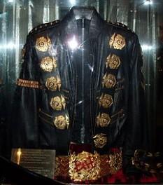 "Jacheta pe care o purta Jackson în era ""Bad"" - foto - ro.wikipedia.org"