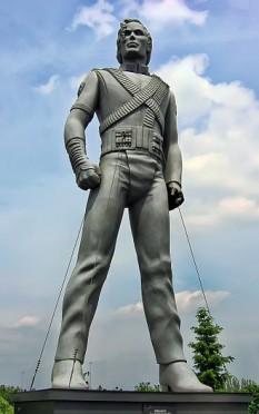 Una dintre multele statui poziţionate în toată Europa pentru promovarea turneului HIStory - foto - ro.wikipedia.org