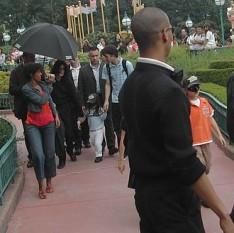 Michael Jackson cu copiii lui, în Disneyland Paris, 2006 - foto - ro.wikipedia.org