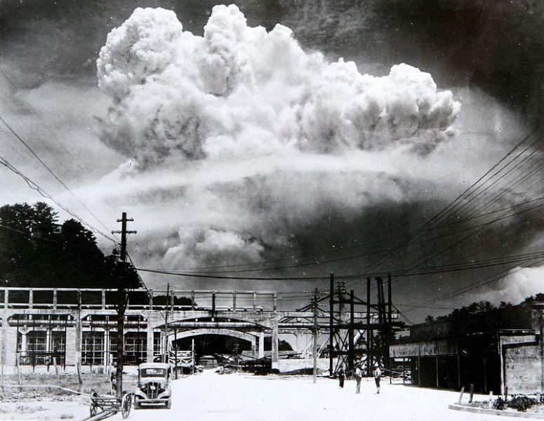 Norul ciupercă provocat de explozia aruncării celei de-a doua bombe atomice, [The] Fat Man, deasupra orașului Nagasaki s-a ridicat la 18 km (sau 11 mi = 60,000 ft) în atmosferă deasupra hipocentrului. 39.000 de persoane au fost ucise - foto preluat de pe en.wikipedia.org