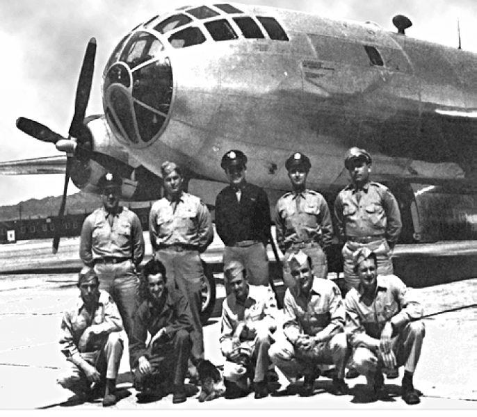 The Bockscar and its crew, who dropped the Fat Man atomic bomb on Nagasaki - foto preluat de pe en.wikipedia.org