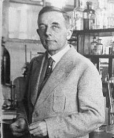 Otto Heinrich Warburg (n. 8 octombrie 1883, Freiburg im Breisgau, Baden-Württemberg, Germania - d. 1 august 1970, Berlin), medic, biochimist și fiziolog german laureat al Premiului Nobel pentru Medicină și Fiziologie în 1931 - foto (Otto Heinrich Warburg în 1931): ro.wikipedia.org