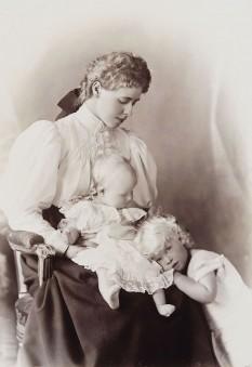 Principesa Maria cu primii săi copii, Carol și Elisabeta, în 1895 - foto - ro.wikipedia.org