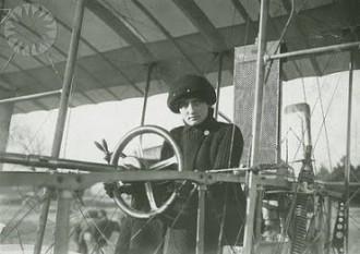 Elise Raymonde Deroche (n. 22 august 1882 la Paris – d. 18 iulie 1919 la Le Crotoy) a fost un aviator francez, prima femeie din lume care a obținut o licență de pilotaj aparate de zbor - foto - cersipamantromanesc.wordpress.com